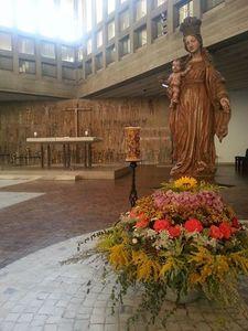 Blick auf die Marienfigur und den Altarraum von Maria, Königin des Friedens