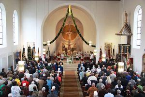 Der Kirchenraum strahlt Festlichkeit aus. Die vom Frauenbund gebundene Girlande über dem Altarraum trägt dazu bei. Aber auch die Spatzenmesse von Wolfgang Amadeus Mozart - von den beiden Kirchenchören gesungen...