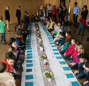 Beim Einkehrtag durften die Kinder an einer schön gedeckten Tafel sitzen