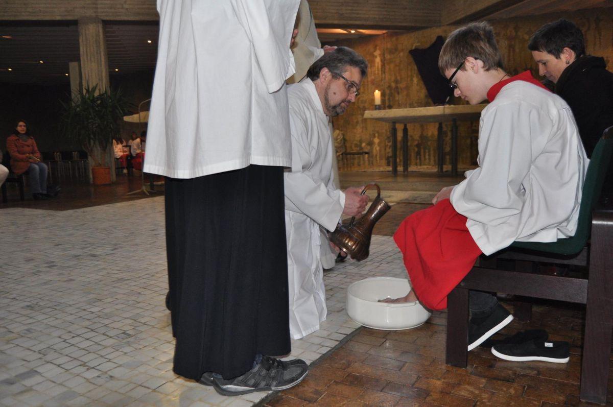 Das Zeichen der Fußwaschung am Gründonnerstag in Maria, Königin des Friedens