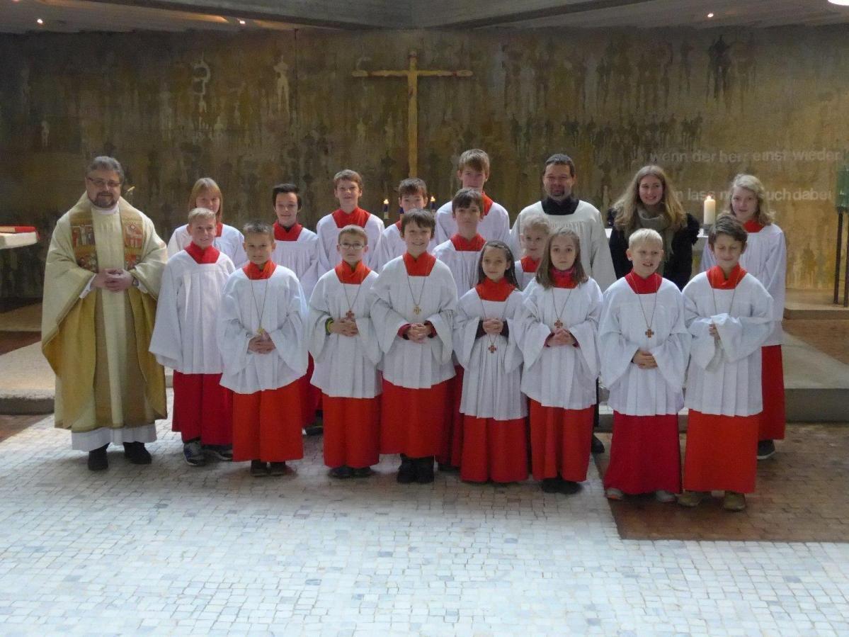Aufnahme von neun neuen Ministrantinnen und Ministranten am Christkönigssonntag in Maria, Königin des Friedens