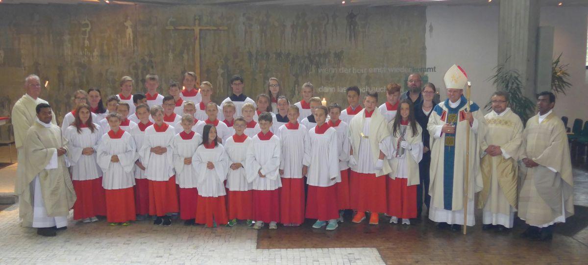 Gruppenbild der Ministrantinnen und Ministranten mit dem Weihbischof