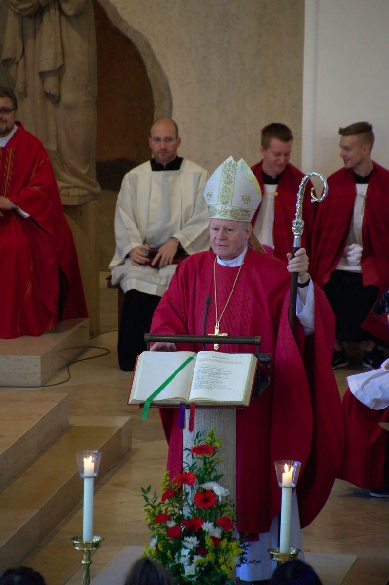Bischof Konrad Zdarsa spendet das Sakrament der Firmung
